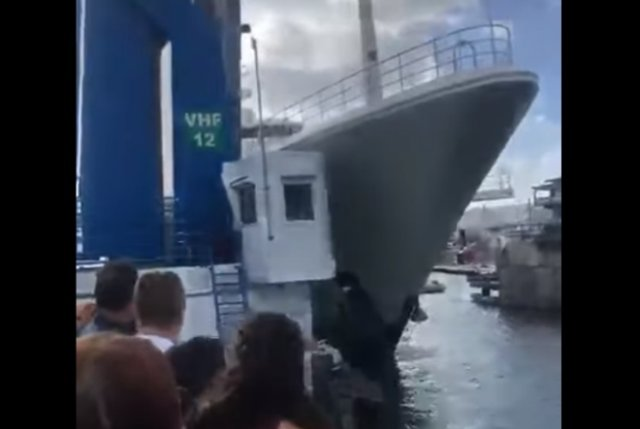 Огромная яхта, построенная для Абрамовича, снесла будку смотрителя моста