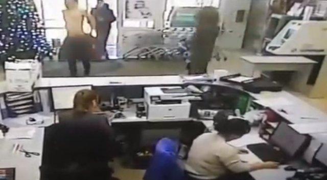 В офис зашел мужчина, разделся по пояс и начал исполнять дикие танцы