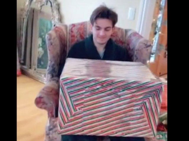 Парню подарили очень большой подарок, которого он точно не ожидал