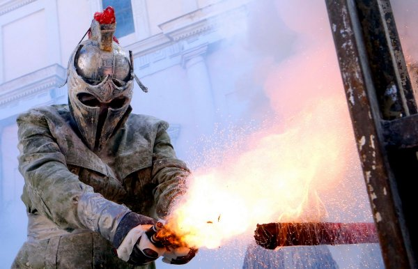 Els Enfarinats - безумный фестиваль в Испании, в котором люди забрасывают друг друга яйцами и мукой