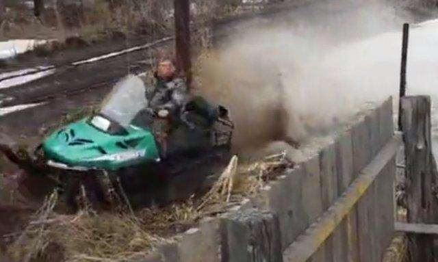 Не самый лучший водитель снегохода