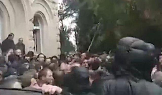 В Абхазии начались массовые протесты: протестующие штурмуют администрацию президента