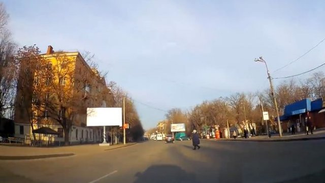 Смелая пенсионерка посреди дороги