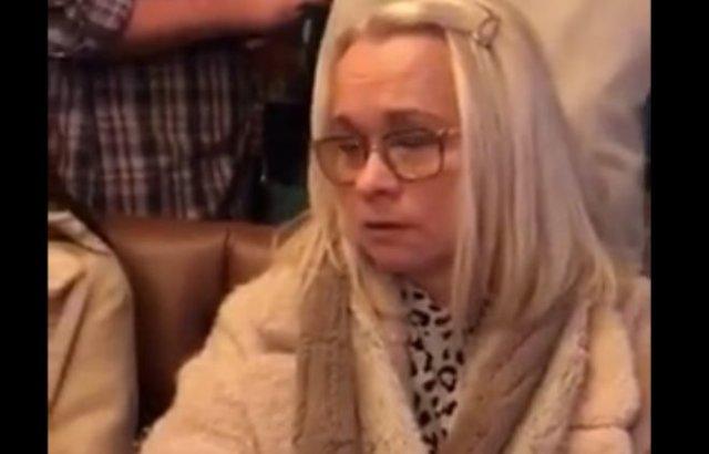 Женщина недовольна тем, что ее муж - фокусник