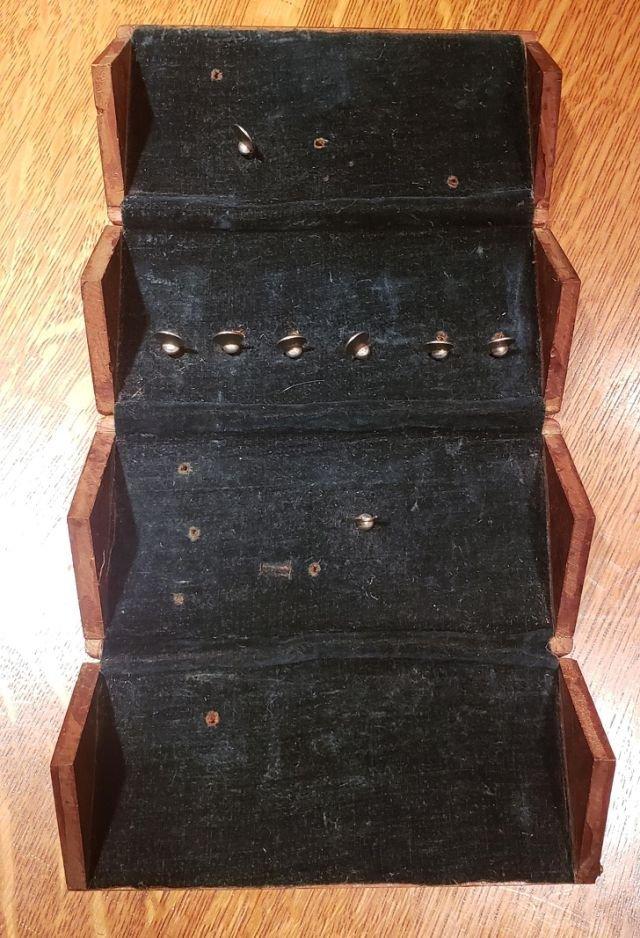 Мне сказали, что этой коробочке больше ста лет. Еще на ней какие-то странные надписи.