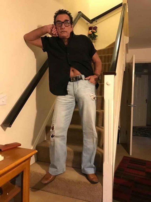 Мужчина хотел продать джинсы, но привлек больше внимания к своей персоне