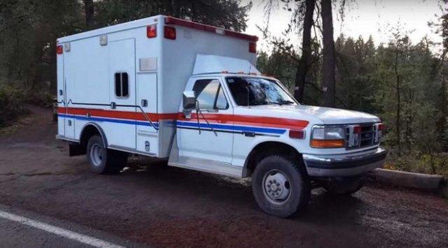 Американец сделал из старой кареты скорой помощи отличный дом на колесах