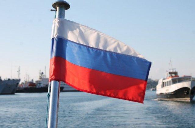 Депутат Госдумы предлагает ветеранам установить на их дома флаги России