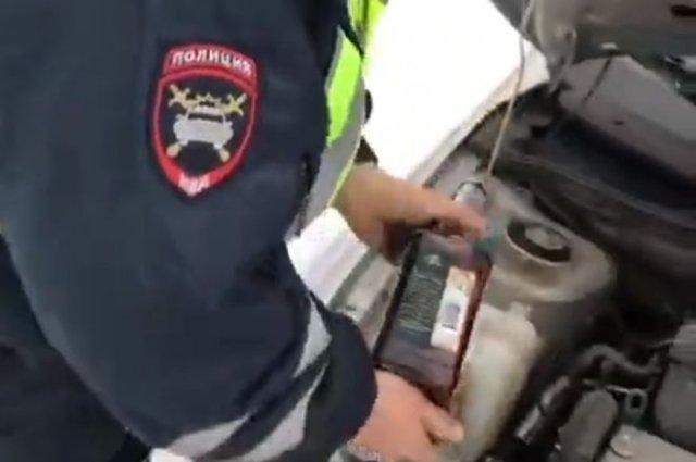 В Новосибирске уволили сотрудника ГИБДД, который вместо «незамерзайки» налил виски