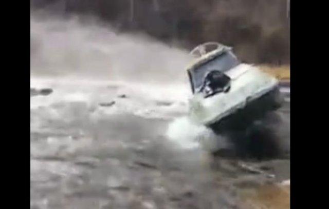 Неудачная попытка запрыгнуть на движущийся катер