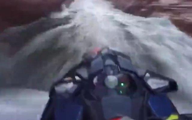 Скоростной и опасный заезд на гидроциклах по узкому ущелью