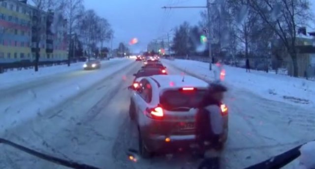 В Татарстане машина сбила мужчину, и его реакция поразила всех