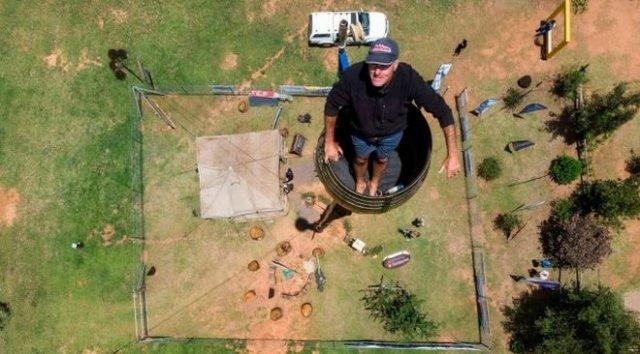 В ЮАР мужчина пытается побить странный рекорд и просидеть в винной бочке 80 дней