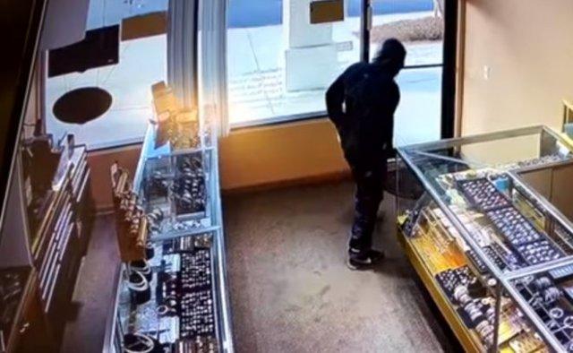 Владелец ювелирного магазина защитил свой бизнес банками с соленьями