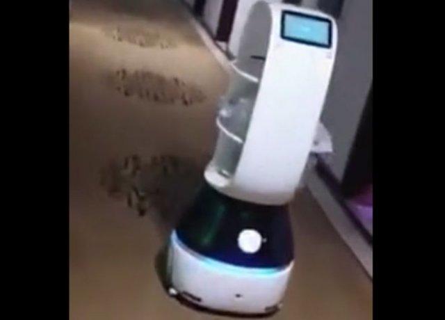 Робот кормит людей, помещенных в карантин из-за подозрений на коронавирус