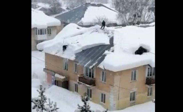 Чистка снега на крыше и несоблюдение техники безопасности