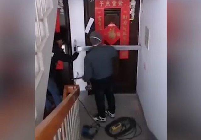 В Китае люди заваривают двери соседям, которые вернулись из закрытого города Ухань