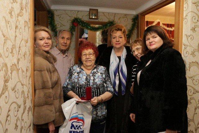 В Керчи чиновницы поздравили ветеранов. Но пользователи остались недовольны этим