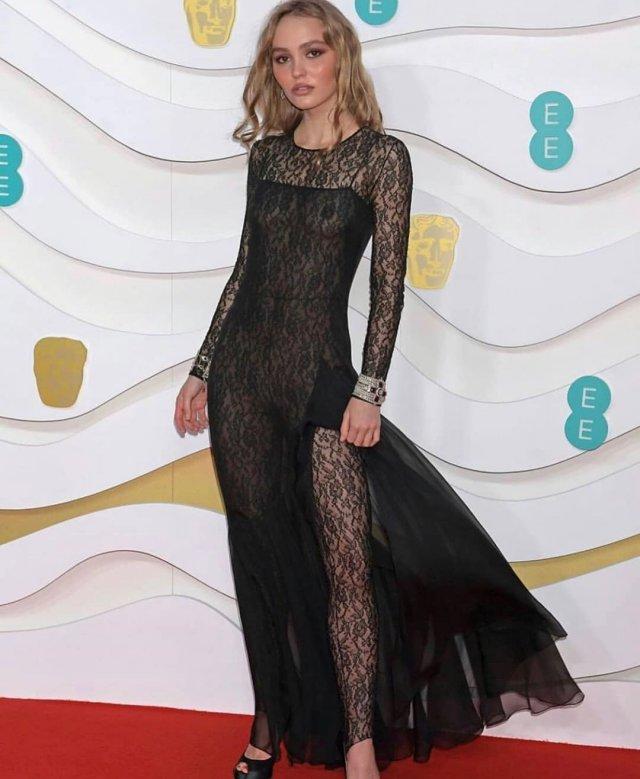 Лили-Роуз Депп пришла на премию BAFTA в «голом» платье