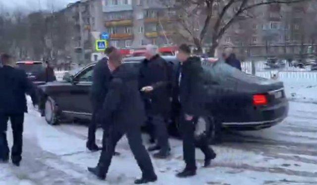 """""""Вы же замерзнете здесь!"""": Владимир Путин остановил кортеж и вышел к горожанам"""