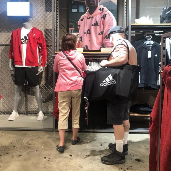 Ловушка времени или мужчины, ждущие своих жен во время шопинга