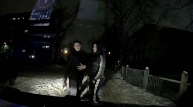 Щепотка неадекватности: трое выпивающих парней заблокировали дорогу таксисту