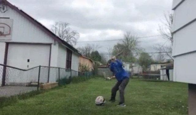 Мяч ответил парню за удар битой