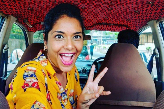Журналистка Рейчел Лопес два года фотографирует потолки такси в Мумбаи