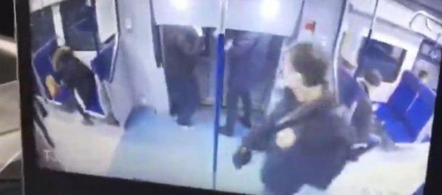В Москве мужчины решил покинуть движущийся скоростной поезд на ходу