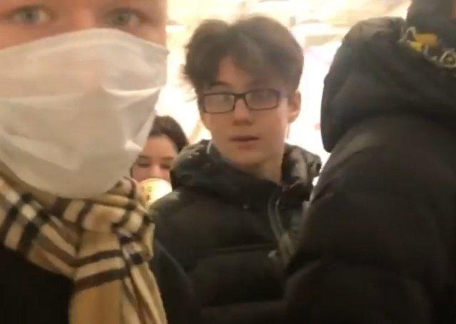 В московском ТЦ подростки пристали к 13-летней темнокожей школьнице