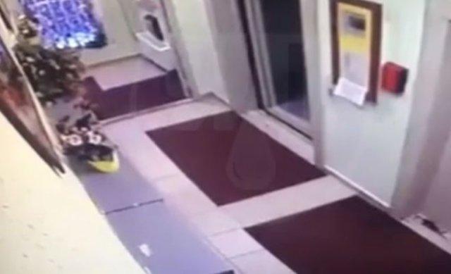 В Москве мужчина вышвырнул уборщицу из лифта