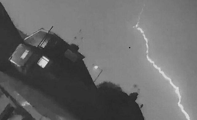 Удар молнии в британский самолет удалось снять на видео