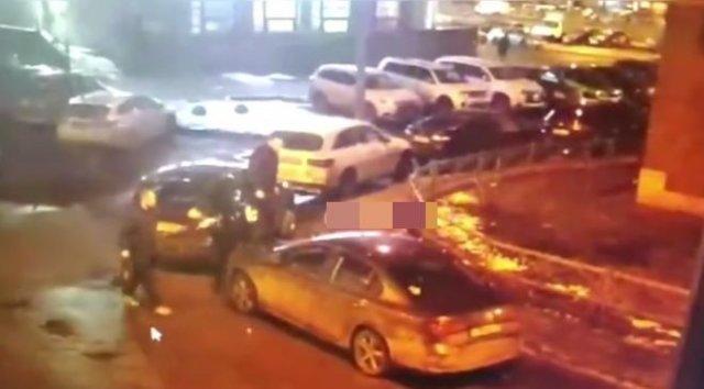 Пьяный мужчина серьезно повредил автомобиль, припаркованный в одном из дворов Санкт-Петербурга