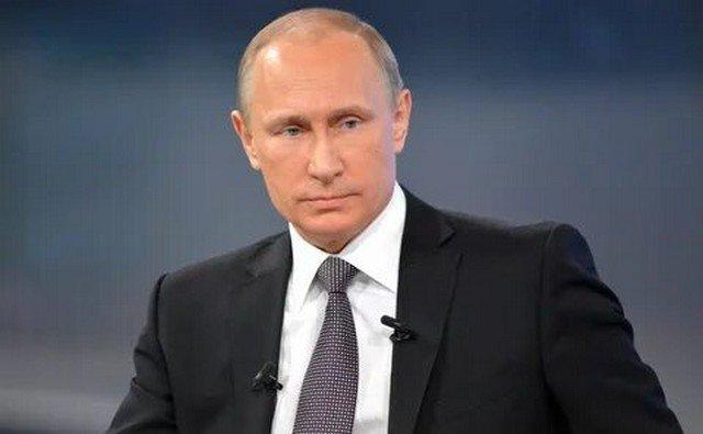 Владимир Путин в черном пиджаке, белой рубашке и фиолетовом галстуке