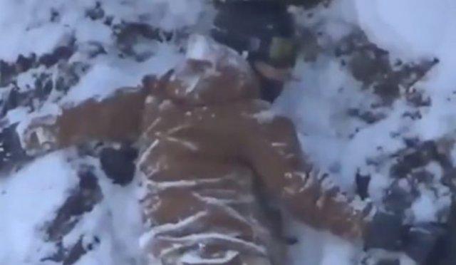 сноубордист застрял на скале