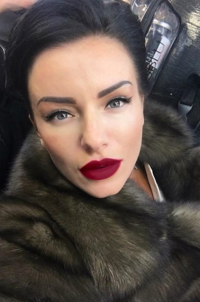 Юлия Волкова с бордовыми губами в шубе
