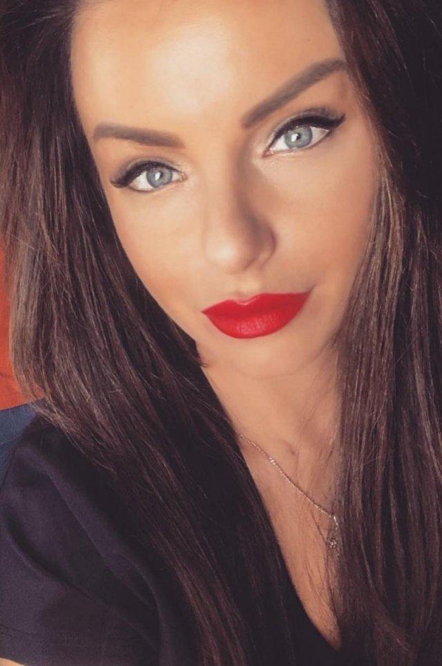 Юлия Волкова с красной помадой и длинными волосами