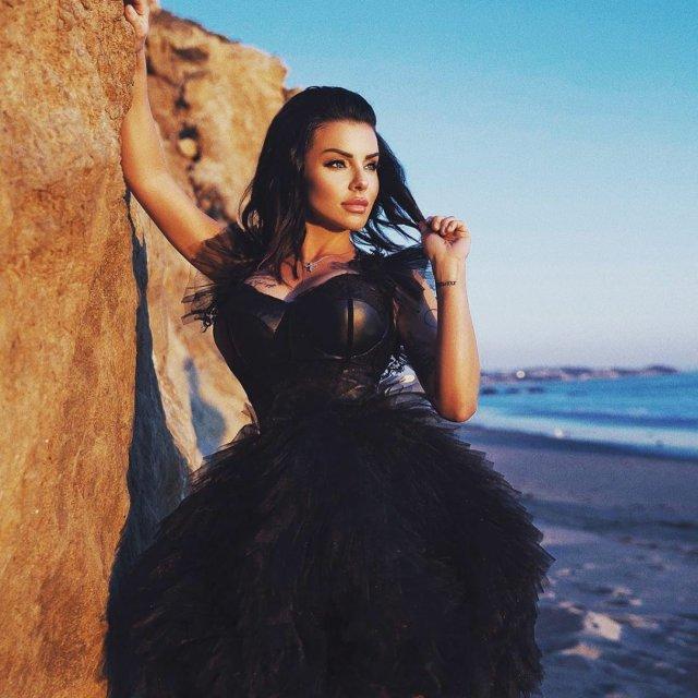 Юлия Волкова в черном платье на берегу