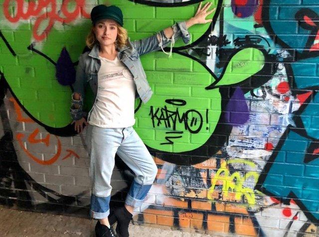 Хейден Панеттьер в джинсовом костюме позирует на фоне стены