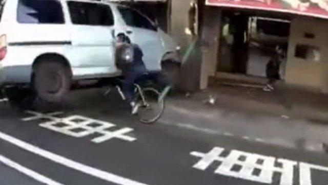 Велосипедист, которому невероятно повезло