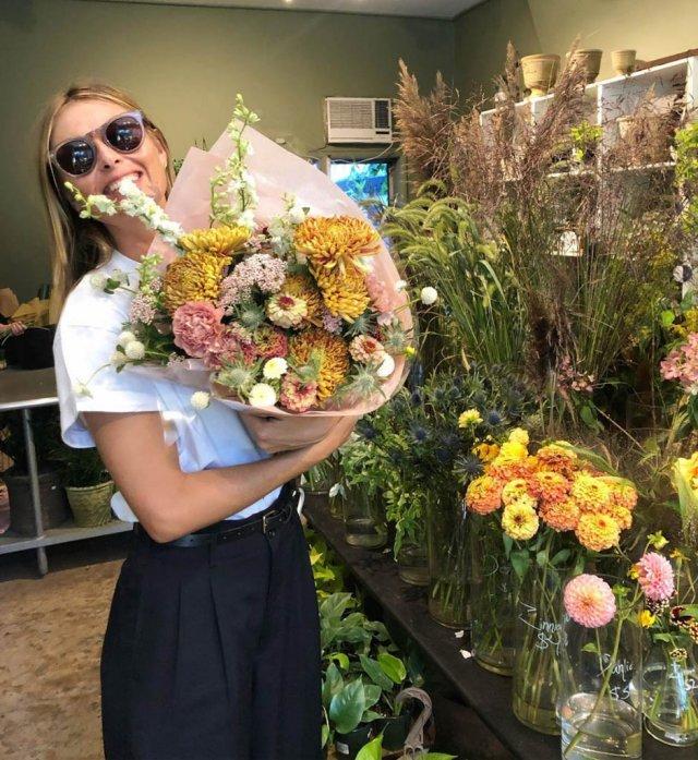 Мария Шарапова в цветочном магазине