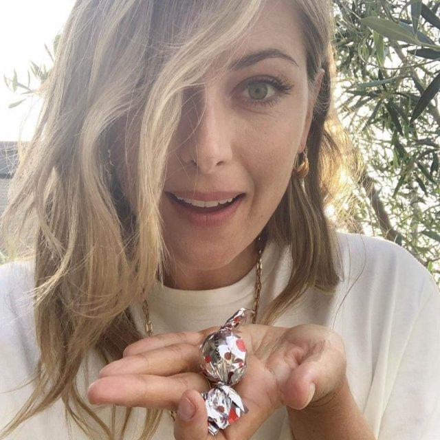 Мария Шарапова показывает конфету