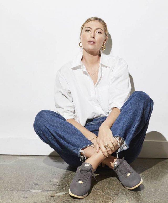Мария Шарапова в белой рубашке, джинсах и серых кроссовках