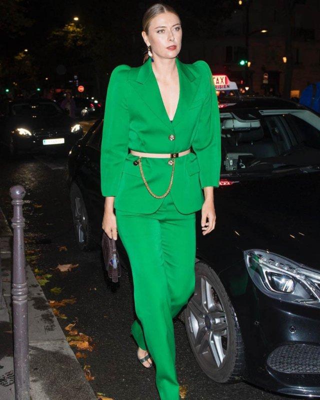 Мария Шарапова в зеленом костюме на улице
