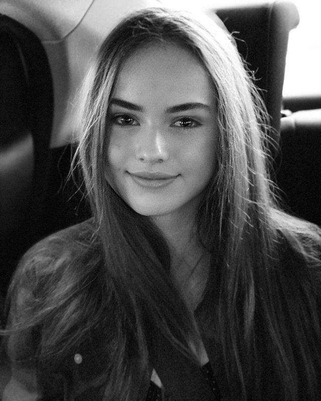 Кристина Пименова с распущенными волосами в машине