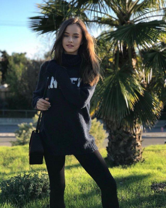 Кристина Пименова в черной одежде на прогулке