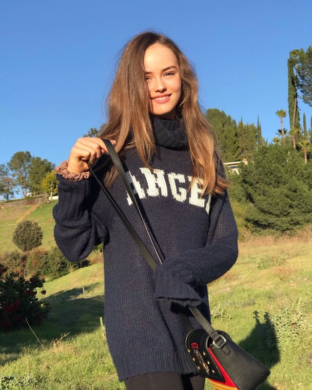 Кристина Пименова в синем свитере и сумке на улице
