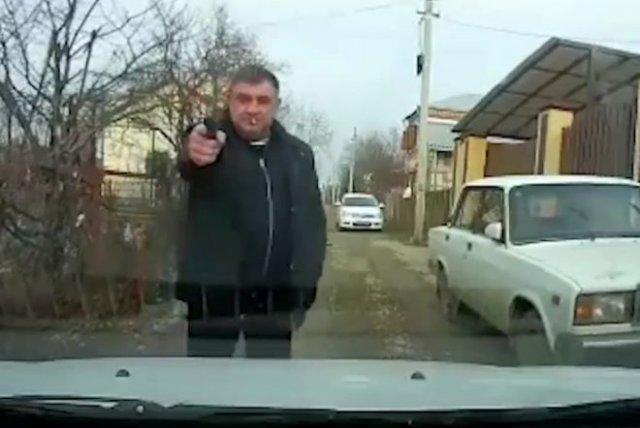 угрожал пистолетом на дороге