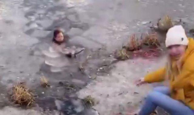 В Мытищах девушка бросилась в ледяную воду ради собаки