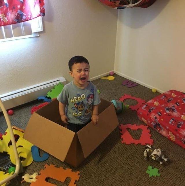 Мальчик в коробке
